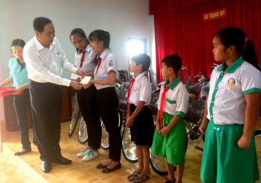 VFF President presents scholarships to poor students in Can Tho